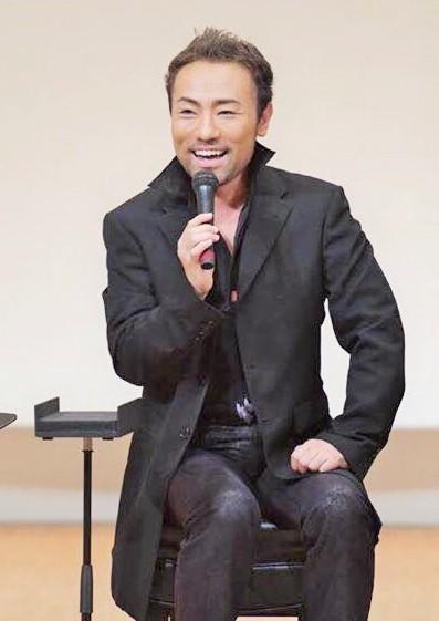 2016年10月3日のコンサートでトーク中の西川悟平さん=濱口賀代さんのFBより