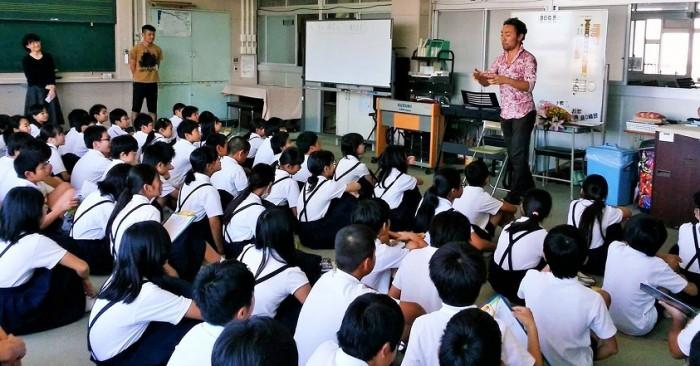 浜寺小学校6年生を前に話をする西川悟平さん=撮影・松中みどり