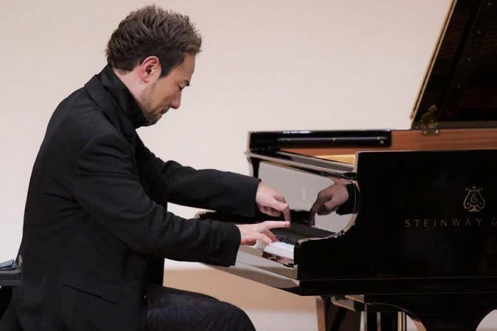 2016年10月3日、寝屋川アルカスホールで演奏する西川悟平さん=写真提供・濱口賀代さん