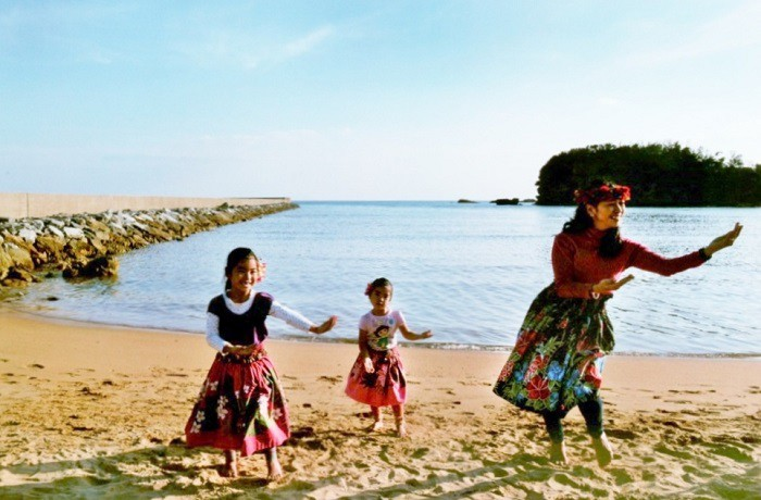 2017やんばるカレンダー1月の写真は、辺野古の新基地建設反対座り込みテント前の海辺で踊る母と娘たち