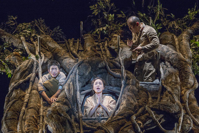 こまつ座「木の上の軍隊」舞台写真(左より、松下洸平、普天間かおり、山西惇)=撮影:谷古宇正彦