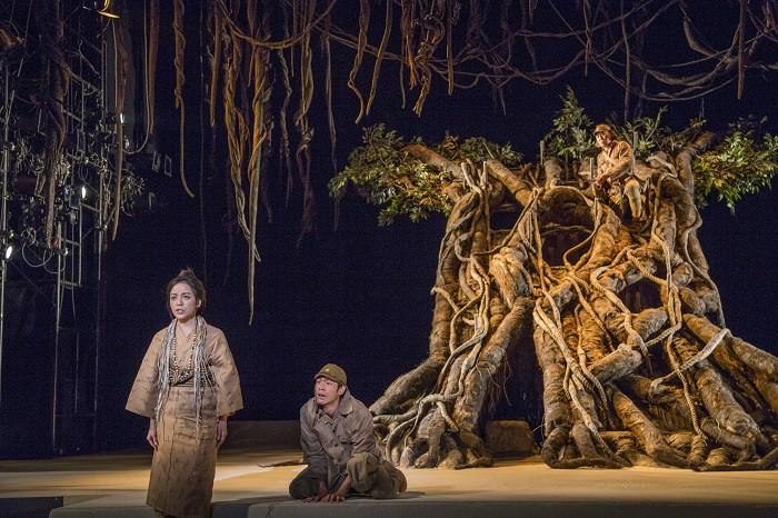 こまつ座「木の上の軍隊」舞台写真(左より、普天間かおり、松下洸平、山西惇)=撮影:谷古宇正彦