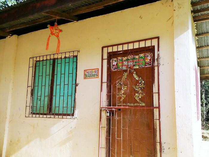 小学校の建物にもクリスマスの飾りがありました=撮影・松中みどり