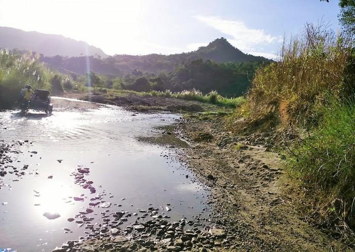 カナイナヤンの小学校へは、最寄りの町から車で30分ほど行って、その後1時間近く徒歩が続きます=撮影・松中みどり