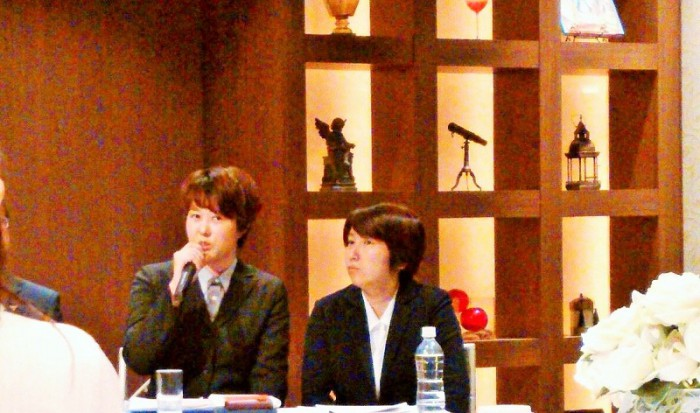 LGBTブライダルセミナーで、当事者として話をする井上ひとみさん(左)と瓜本淳子さん(右)2017年1月24日=撮影・松中みどり