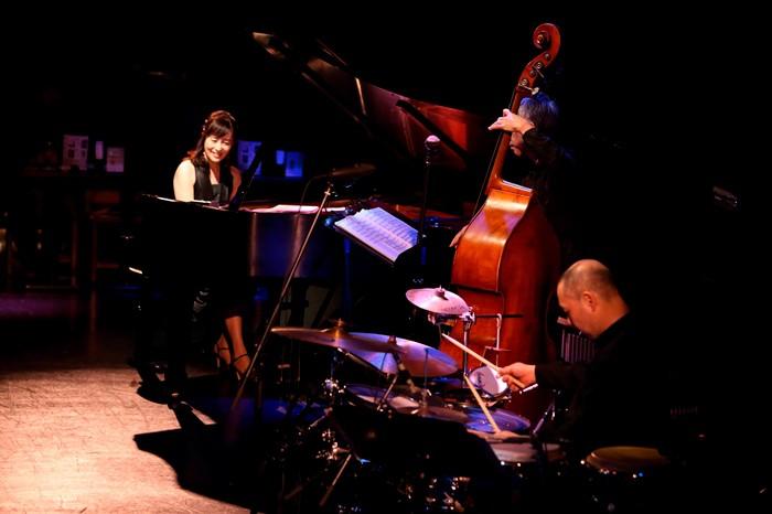 提供:Yoshi Yoshi Music、協力:ビルボードライブ大阪、撮影:Kenju Uyama