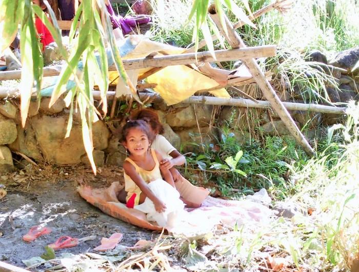 ピナツボ火山噴火で被災し、元の村から離れて暮らす先住民アエタの少女=撮影・松中みどり