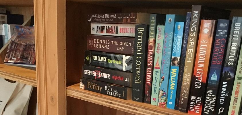 本棚に並んだ本の一部。洋書だけでなく、日本の書籍も充実している=撮影・添嶋譲
