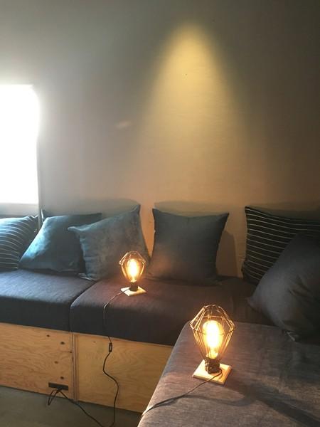共有スペースでは読書灯も用意されており、くつろいだ姿勢で本を読むことができる=撮影・添嶋譲