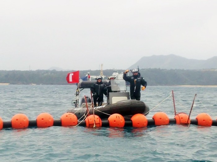 2017年2月11日、筆者の乗った抗議船にずっとついてまわっていた海保のゴムボート=撮影・松中みどり