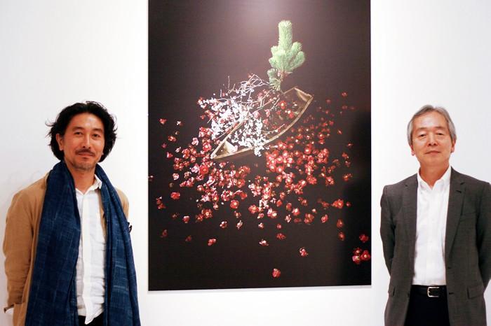 片桐功敦さん(左)と赤坂憲雄さん=撮影・桝郷春美