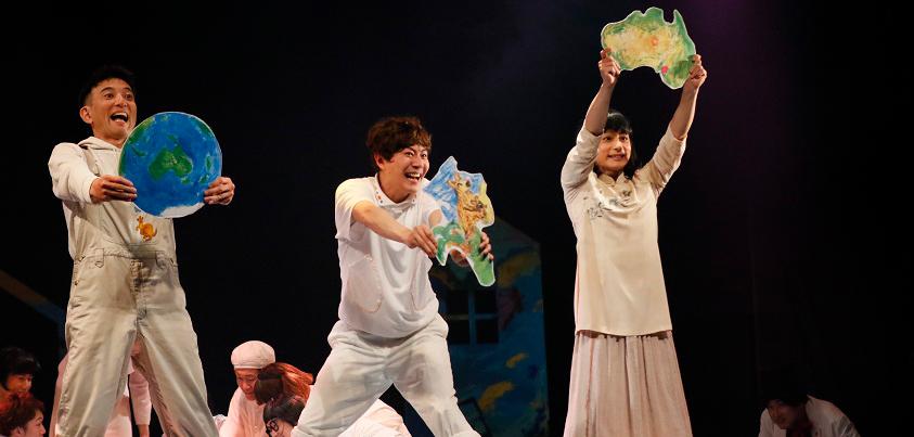 5歳児達(船戸・岩﨑・松本)、『THE SMALL POPPIES』公演より=写真提供・劇団スタジオライフ