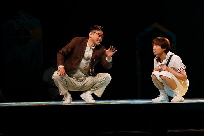 大人笠原と5歳児山本、『THE SMALL POPPIES』公演より=写真提供・劇団スタジオライフ
