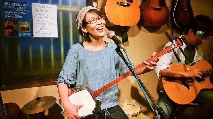 福島民謡「相馬盆歌」を歌う「アカリトバリ」のアカリさん=2017年7月30日、撮影・松中みどり