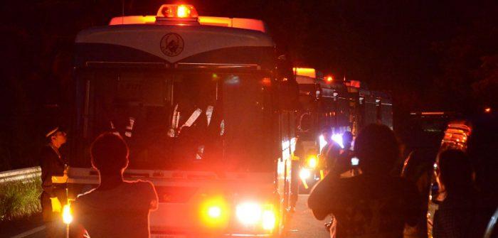工事再開の日の未明、機動隊のバスが赤色灯を回転させて迫ってきた=2016年7月22日、東村高江、撮影・阿部岳