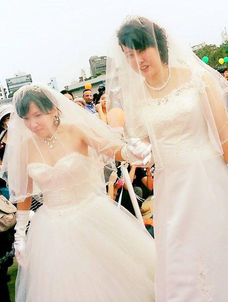 2015年の平等結婚式でのおふたり。左が瓜本淳子さん、右が井上ひとみさん=撮影・松中みどり
