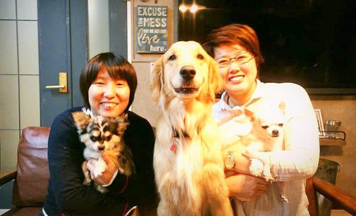 瓜本淳子さん(左)と井上ひとみさん(右)と毛皮の家族=撮影・松中みどり