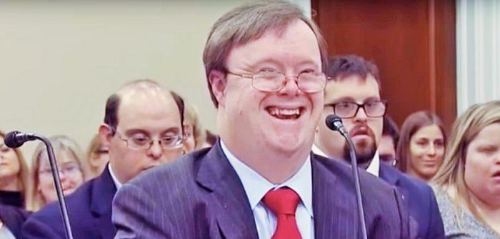 議会委員会で証言中のフランク・スティーブンスさん=YouTubeより