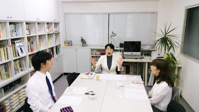 朗読教室の様子 真中が講師の花本弘子先生 2018年5月16日=撮影・松中みどり
