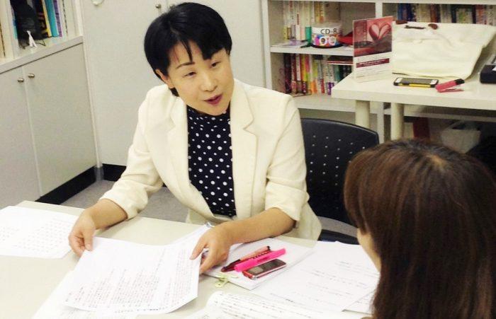 朗読教室で指導中の花本弘子先生=写真提供・花本弘子先生