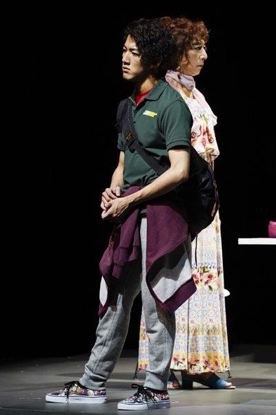 尾上右近さん(左)と篠井英介さん=『ウォーター・バイ・ザ・スプーンフル』より、撮影:引地信彦