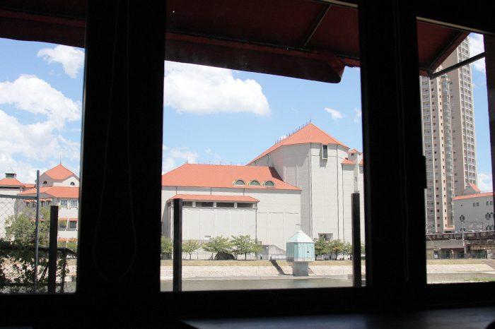 コワーキングスペース「BASE宝塚」の窓際の席に座ると、宝塚大劇場が目の前に見えます=撮影・橋本正人