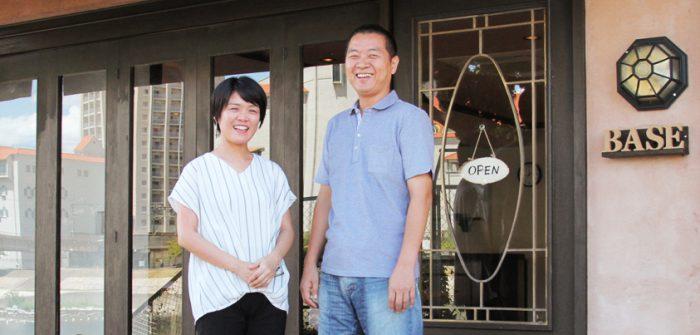 コワーキングスペース「BASE宝塚」の入り口前に立つ森下慈子さん(左)と森下昭博さん=撮影・橋本正人