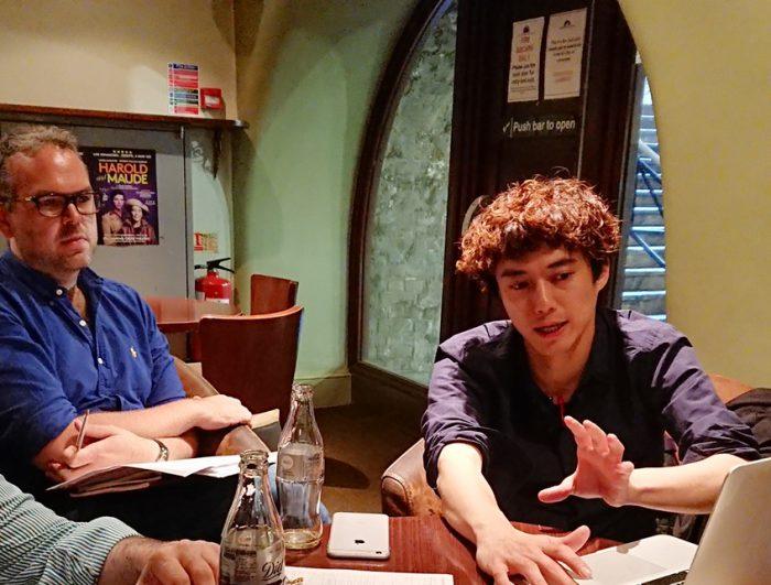 打ち合わせをするトム・サザーランドさん(左)と藤田俊太郎さん=写真提供・梅田芸術劇場
