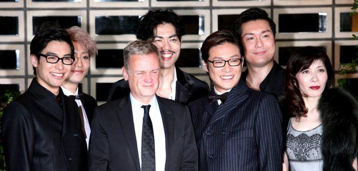 駐日フランス大使のローラン・ピックさんと、ミュージカル『イヴ・サンローラン』の出演者=撮影・岩村美佳