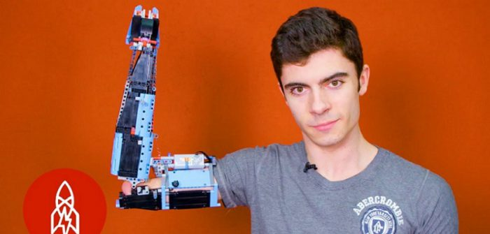 YouTubeの「Building a Prosthetic Arm With Lego 」=Great Big Story チャンネルより