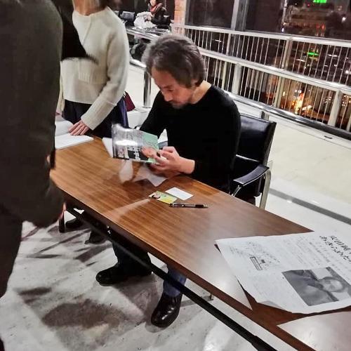 安田純平さん報告会の後、著書にサインをする安田さん=2019年2月16日、撮影・松中みどり