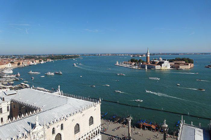 聖マルコ広場の鐘楼から撮影したヴェネツィアの海=写真提供・並木陽さん