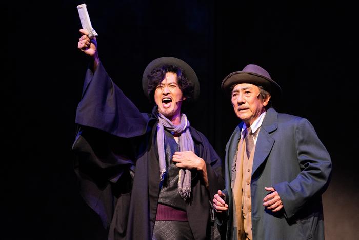 (左から)小説家役の新納慎也さんと渡辺勘治役の市村正親さん=ミュージカル『生きる』より、写真提供・ホリプロ