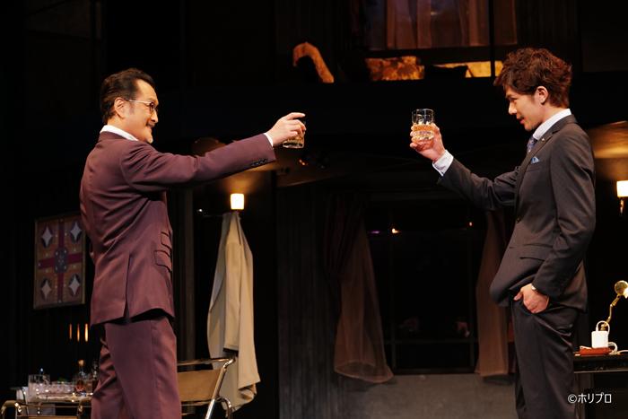吉田鋼太郎さん(左)と柿澤勇人さん(右)=(C)ホリプロ、撮影=渡部孝弘