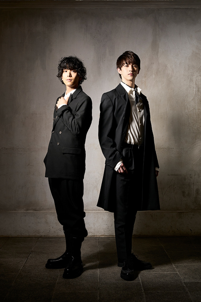 写真左からロミオ役の黒羽麻璃央さんと甲斐翔真さん=(C)岡本隆史