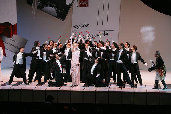 2008年上演『メリー・ウィドウ』より、第一幕