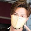 """Preciousチケット特典の""""H+our マスク""""を付けて会場入りする廣瀬さん=撮影・岩村美佳"""